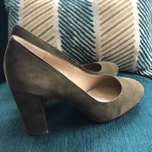 Ann Taylor suede heeled shoes pump olive green 6.5